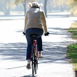 イヤホンをつけながらの自転車の運転はOK?