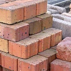 道路にブロックやレンガを置く行為は何罪になるの?
