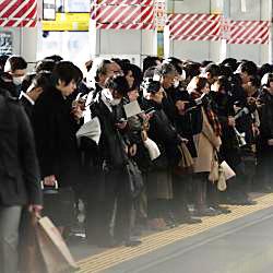 駅係員によるラッシュ時の列車への押し込みって適法?