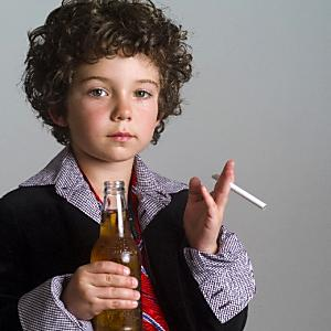 """親は未成年者の子が煙草を吸ったら止めないと""""罰金""""って本当?"""