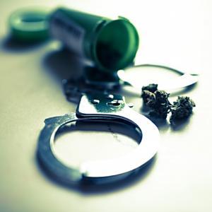 麻薬売買の捜査で、警察官は麻薬を受け取れる?